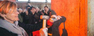 Kulturminister Mette Bock hjælper Roskilde Festival Højskole med at tage første spadestik i form af et mejselslag i en blivende søjle